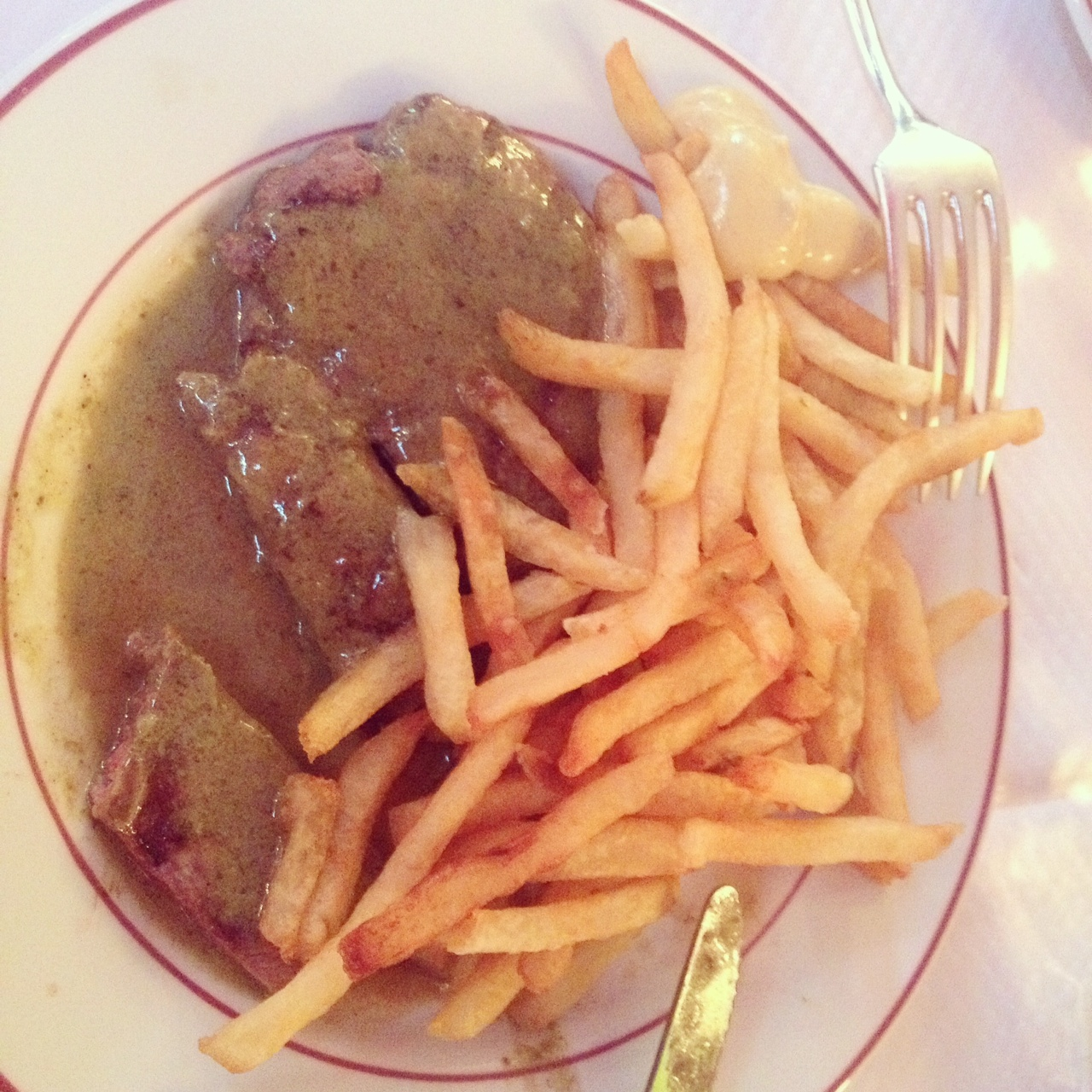 Still packing them in after all these years – solo dining @ Le Relais d'Entrecôte